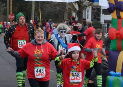 foodbankst-events-selfless-elf-group-of-people-crossing-finish-line